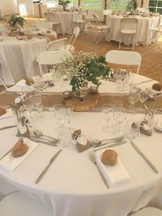 mariage champetre dans des tons naturels Country wedding in natural tones – # country 50th Wedding Anniversary Decorations, Rustic Wedding Centerpieces, Wedding Table Decorations, Burlap Wedding Tables, Elegant Party Decorations, Diy Wedding, Wedding Flowers, Wedding Vintage, Trendy Wedding