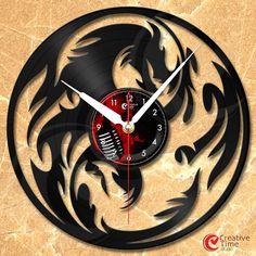 Innovatives Design Wanduhr hergestellt aus gebrauchten Vinyl.  Die Uhr ist von guter Qualität in der Größe von 12 oder 30 cm gefertigt. Jedes