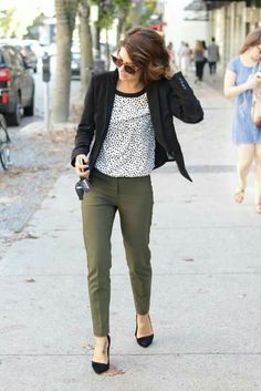 khaki pants dotted shirt and chic blazer create adore outfit for work Please take a look at the best casual attire for the office and get ideas to create your own business casual style. So simple outfit ideas to wear and so chic, we love all of them. Stylish Work Outfits, Fall Outfits For Work, Spring Outfits, Outfit Work, Work Outfit Winter, Summer Work Outfits Office, Creative Work Outfit, Casual Office Attire, Work Casual