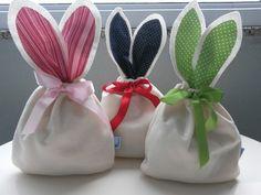 Uma embalagem especial e delicada para presentear quem se gosta. <br> <br>Bolsa com orelhas em feltro e fita de tecido para fechar. <br>Parte da bolsa (sem as orelhas) mede aproximadamente 14 x 16cm cabendo aproximadamente 8 bombons sonho de valsa. <br> <br>Escolha a cor e fale conosco pra fazermos do seu jeito. Easter Egg Crafts, Easter Projects, Easter Party, Easter Gift, Hoppy Easter, Easter Bunny, Quilted Christmas Ornaments, Dollar Store Crafts, Spring Crafts