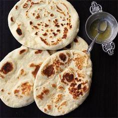 Dieses Brot ist sehr luftig und wird ganz ohne Germ zubereitet. Normalerweise wird Naan im Tandoor-Ofen gebacken - aber in der Pfanne funktioniert es auch.