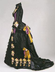 Fue Worth el precursor de este vestido hacia 1864. La mayoría de las damas buscaban patrones en revistas para poder confeccionar estos ...