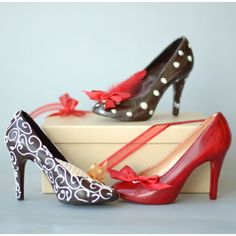 Chocolate heels Chocolatier Tina Tweedy expertly combines a woman's favourite things – shoes and chocolate. Completely made of chocolate! Chocolate Bomb, Chocolate Heaven, Chocolate Art, How To Make Chocolate, Chocolate Designs, Chocolate Humor, Chocolate Making, Chocolate Pictures, Chocolate Shop