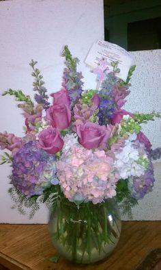 Que me dicen de este espectacular arreglo con Hortencias lilas y blancas, rosas lilas, Snaps lilas y Larkspur morado. La o los que lo reciban diran WOW!!