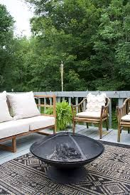 A Modern Outdoor Porch Makeover in a neutral palette that includes a DIY Sofa and Side Table using BEHR exterior paint and stain! Make A Fire Pit, Fire Pit Uses, Landscaping With Rocks, Backyard Landscaping, Behr Exterior Paint, Outdoor Fire, Outdoor Decor, Outside Fire Pits, Fire Pit Lighting