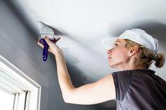 Peindre ou repeindre son plafond permet souvent d'embellir ou d'agrandir une pièce. Et pourquoi pas, de lui apporter une petite touche colorée. Quelle peinture choisir? Comment procéder? Conseils pour peindre son plafond comme un pro!