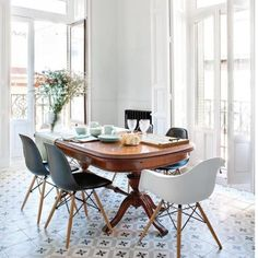Modern dining room decor for wall. Look We Love: Traditional Table Plus Modern Chairs Vintage Modern, Living Vintage, Modern Victorian, Victorian Decor, Modern Rustic, Dining Room Inspiration, Interior Inspiration, Interior Ideas, Style Inspiration