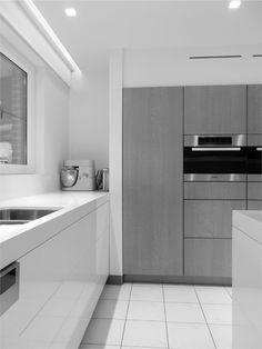 Interior by Peter Roekens interieurburo bvba - minimalist kitchen Minimalist Home Decor, Minimalist Kitchen, Minimalist Interior, Kitchen Cabinets, Traditional, Interior Design, Decoration, Minimalistic Kitchen, Nest Design