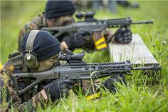 Swiss Air Force Reconnaissance Paratroopers from the Parachute Reconnaissance Company 17 shooting SIG 552 assault rifles during target practice. Assault Weapon, Assault Rifle, Military Units, Military Art, Armas Sig Sauer, Army Gears, Swiss Air, Armas Ninja, Future Soldier