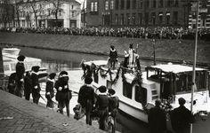 De aankomst van Sinterklaas per boot aan de Rijnkade...