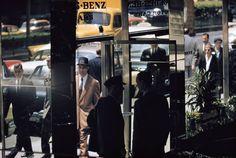 La fotografía de calle de Ernst Haas es una explosión de color y, a veces, casi una adivinanza que tienes que ir descifrando pista a pista, como en esta imagen.