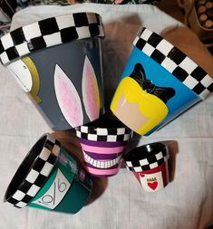 Painted Clay Pots, Painted Flower Pots, Hand Painted, Alice In Wonderland Crafts, Alice In Wonderland Birthday, Mini Vasos, Disney Diy Crafts, Flower Pot Art, Crafts With Pictures