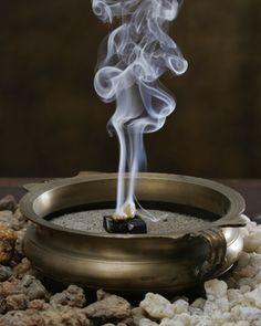 Incenso e as vozes do passado. O incenso - Sao 52 referencias  diretas destes OEs, Frankincense é também conhecido com Olibanum, óleo do Líbano, acreditava-se que este óleo atuava como facilitador da conexão entre o homem e Deus.  Uso antigo: Êxodos 30:23-33 - Incenso sagrado, usado para elevar o estado de meditação e a consciência espiritual. Também usado para assistir no momento de transição da morte, e, para embalsamar, para perfumar e para a cura de muitos males.