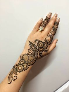 Mehndi is something that every girl want. Arabic mehndi design is another beautiful mehndi design. We will show Arabic Mehndi Designs. Henna Hand Designs, Eid Mehndi Designs, Mehndi Designs Finger, Simple Arabic Mehndi Designs, Mehndi Designs For Beginners, Mehndi Designs For Fingers, Mehndi Design Pictures, Beautiful Mehndi Design, Latest Mehndi Designs