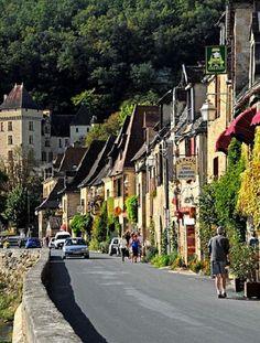 La Roque-Gageac est situé en plein Périgord Noir, non loin de Sarlat. Cette ancienne place forte médiévale, qui fait aujourd'hui partie des Plus Beaux Villages de France, se reflète dans les eaux de la Dordogne. Elle abrite de belles demeures Renaissance et plusieurs jardins à découvrir. par Audrey