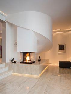 Indirekte Beleuchtung - Gläserner geschlossener Kamin von David Muhl. (Quelle: Designpreis Ofenflamme/David Muhl)