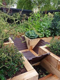 There's no question that organic compost is good for our vegetable gardens and flowerbeds, but some argue that compost bins are a big eyesore in an otherwise beautiful backyard. These six examples prove they don't have to be! If the appearance of compost Garden Compost, Garden Soil, Edible Garden, Raised Garden Beds, Raised Beds, Compost Soil, Big Garden, How To Start Composting, Composting At Home