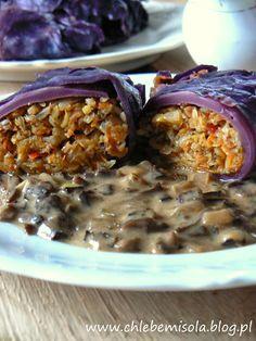 Gołąbki z czerwonej kapusty z farszem z kaszy gryczanej, grochu i warzyw z sosem z suszonych grzybów | chlebem i solą