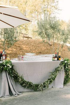 #bar, #garland, #gray Photography: The Edges Wedding Photography - theedgeswed.com Venue: Private Estate - Private Estate