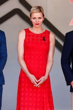Un visage juvénile que l'association de sa robe et son rouge à lèvres renforce encore plus