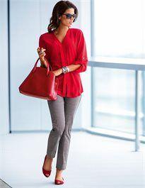 Seidentunika mit grauer Hose - ein stylischer Look mit roter Handtasche und roten Schuhen - www.image50plus.de