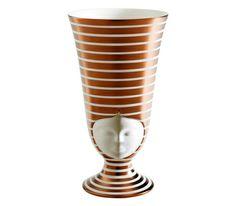 Испанский дизайнер Пепа Ревертер выпустила под именем марки Bosa коллекцию скульптурных ваз Sisters. Сделанные из керамики и расписанные вру...