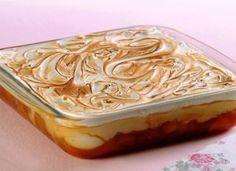 Montada em camadas, esta torta gelada de banana é coberta com suspiro. Aprenda a preparar