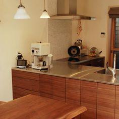 ウォールナットとステンレスのL型キッチン