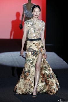 Vestido de invitada estampado flores y abertura. Detalle cinturón. Diseño de Hannibal Laguna.