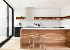 高い位置に横長の壁面造作収納のある白ペンキ塗りのレンガのキッチン