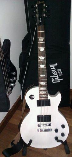 As i promised yesterday on twitter, here it is: my brand new Gibson guitar! What do you think? Should i name it? :P -------------------- Como prometi ontem no twitter, aqui está ela: a minha nova guitarra! O que acham? Devia dar-lhe um nome? :P