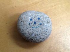 Een steen uit frankrijk met een gezichtje