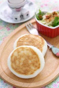 しっとりまとまって、焼いた後は もっちり感が増えます。 ボウルで混ぜて、フライパンで焼くだけの簡単パンです。