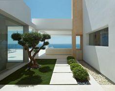 tuinvoorbeeld ibiza stijl wit | mooie strakke tuin met vergezicht | inspiratie tuin | ZOOK.nl