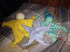 Babysokjes breien met 2 breinaalden en 2 steken Diy Toys, Knitting Projects, Cuddling, Dinosaur Stuffed Animal, Projects To Try, Wool, Crochet, How To Make, Fun