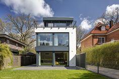Anfang 2014 fragte eine junge Familie das Architekturbüro Prell und Partner, ob es sich zutraut, auf einem nur 11 m breiten Grundstück in Ohlstedt ein geräumiges Haus zu bauen. Das Gebäude sollte auf jeden Fall modern und großzügig, aber...
