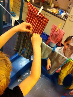 Thema Groter groeien. Watertafel, kleertjes wassen, was ophangen, fijne motoriek.
