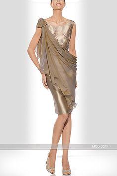 Vestido realizado en mikado de seda color dorando y pedrería a tono. Lleva una sobre capa de gasa de seda cogida al hombro y pensada para poderse quitar durante la ceremonia.  De Teresa Ripoll.