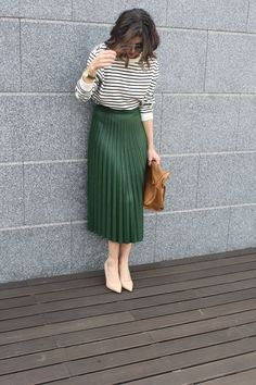Thebjeans: mid skirt and stripes on woman clothing in 2019 у Green Skirt Outfits, Green Pleated Skirt, Midi Skirt Outfit, Winter Skirt Outfit, Dress Outfits, Cool Outfits, Pleated Skirt Outfit Casual, Midi Skirts, Trendy Outfits