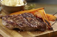 Biff med mandelpotetpuré og glaserte gulrøtter - en sunn vri på biffen uten fete sauser.