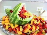 funny fruit for kids: watermelon shark tutorial - crafts ideas - crafts for kids Cut Watermelon, Shark Watermelon, Watermelon Basket, Watermelon Recipes, Funny Fruit, Fruits For Kids, Jimmy Buffett, Fruit Plate, Party Buffet