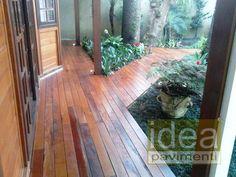 Sai calçada e entra deck de madeira, isso sim que é jardim! Amei!