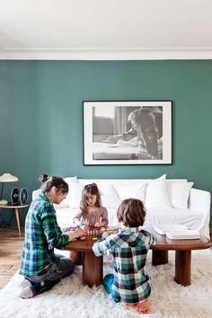 mur vert kaki canapé blanc