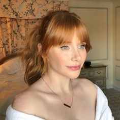 30 Most Pretty Hairstyles for Your Winter Look - rote Frisuren Winter Hairstyles, Hairstyles With Bangs, Fringe Hairstyles, Pretty Hairstyles, Hairstyle Ideas, Red Hair With Bangs, Parting Hair, Bryce Dallas Howard, Curtain Bangs