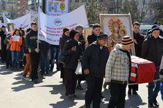 """Aproximativ o mie de credincioși și peste 40 de preoți au participat astăzi la un marș al tăcerii împotriva avorturilor. Manifestația a fost organizată cu girul noului arhiepiscop al Buzăului și Vrancei, ÎPS Ciprian, de către preotul Mihail Milea.    Marșul a pornit din fața Catedralei """"Sfântul Sava"""", la orele prânzului. Credincioșii au străbătut traseul până la Maternitatea din Buzău purtând în mâini un sicriu, ca simbol al morții de care au parte pruncii nedoriți de mame. Maine, Dresses, Fashion, Vestidos, Moda, Fashion Styles, Dress, Fashion Illustrations, Gown"""