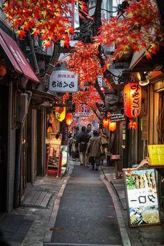une petite rue japonaise regorge de monde