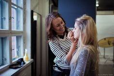 MAKEUP ARTIST / TOIMINIMI Olen valmistunut meikkaaja-stylistiksi alkuvuodesta 2011. Suoritin tutkinnon päätoimeni ohessa, iltakouluna. Halusin tehdä enemmän luovia asioita käsilläni, valmistuin meikkaajaksi ja nyt toimin sivutoimisena freelancerina, tehden asiakasmeikkejä ja stailauksia vapaa-ajallani. Kuvassa meikkaan mallia Boulevard-H online-magazine -lehden Beauty -kuvauksiin (kuva: Marko Saari, malli Zusanna)
