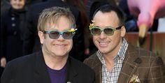 Elton John et David Furnish vont enfin franchir le cap du mariage! En couple depuis 1993, et déjà liés par un pacte d'union civile depuis le 21 décembre 2005, Elton John et David Furnish, respectivement âgés de 67 et 52 ans, vont officialiser leur relation par un mariage. #eltonjohn #marriage #gay