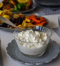 Fantastiskt god fetaostkräm som passar att serveras till de flesta rätter. Lika god vid lax, kyckling eller grönsaksbiffarna. Receptet fick jag från en vän som serverade krämen med lax och rotfrukter, himmelskt gott! Även supergott att serveras med kyckling. 1 skål fetaostkräm, ca 4 portioner 1,5 dl turkisk yoghurt 200 g fetaost Rivet skal från en apelsin (Bara det gula skalet. Kan även ersättas med lime- eller citronskal) 1 msk pressad apelsinsaft (kan ersättas med lime- eller citronsaft)…