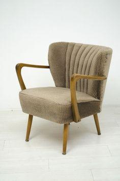 Schitterend gevormd comfortabelcocktail fauteuiltje met houten armleuningen.  In een goede vintage staat, de originele stof is nog mooi.